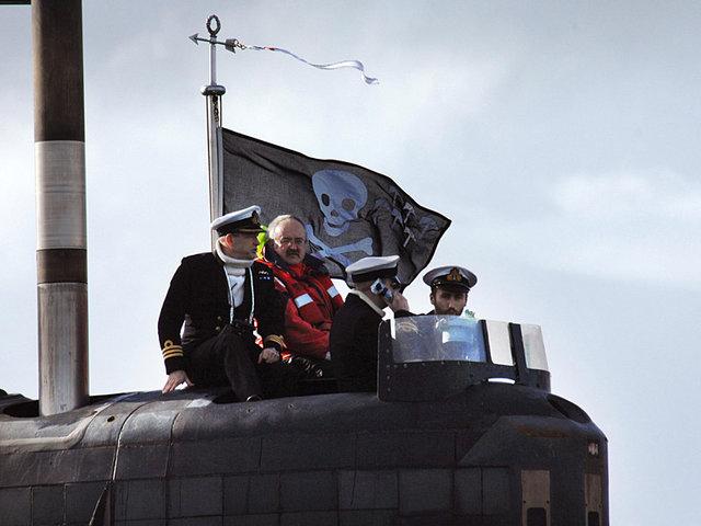под каким флагом после успешных операций возвращаются в порт лодки великобритании